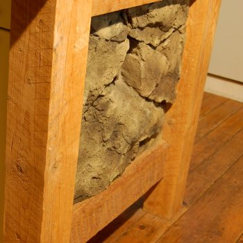 Inslag av släta men detaljrika bergväggar i köksmiljö