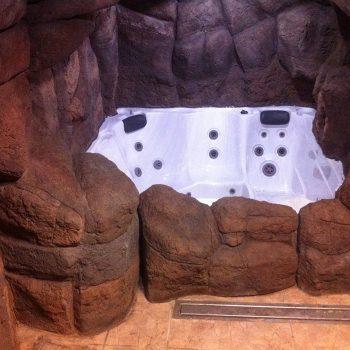 Bubbelpool inklädd med konstgjorda stenar